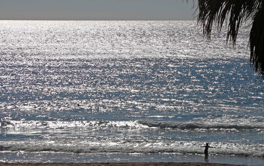Personas pasan el tiempo en la playa de Beirut, Líbano