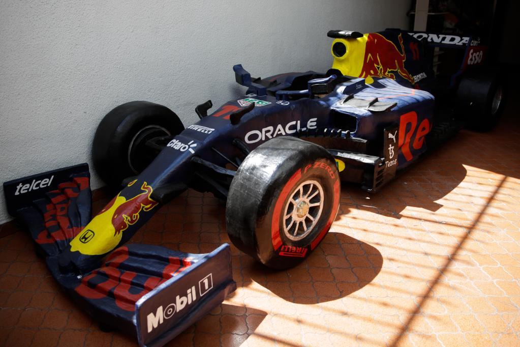 Réplica de cartón del monoplaza del piloto mexicano Sergio Pérez